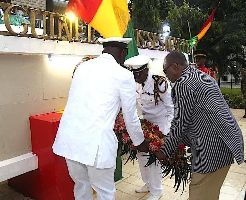 L'an 61 de l'Indépendance de la Guinée : Alpha Condé dépose une gerbe de fleurs à la place des martyrs