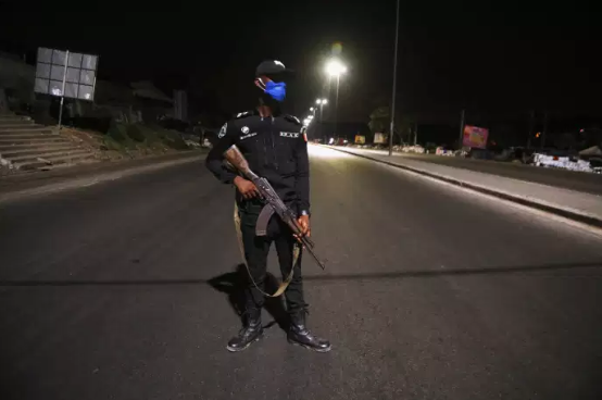 Couvre-feu à la matraque : l'Afrique de l'Ouest se rebelle