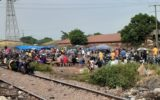 Ce maquis à ciel ouvert à Cosa qui draine des civils et hommes en tenue aux abords du camp Alpha Yaya