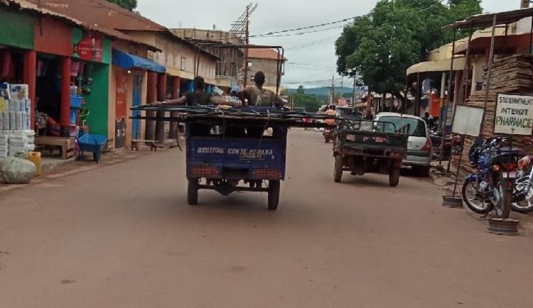 Un conducteur de tricycle périt dans un accident de la route à Labé. Sa famille dénonce la vénalité des médecins