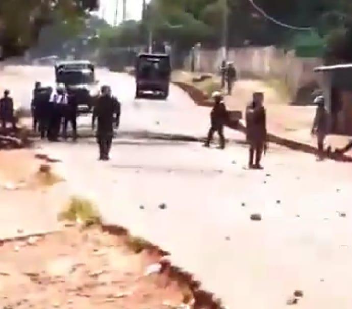 L'armée règne en maitre à Mali, citoyens et FDS s'affrontent à Pita. Deux pickups militaires emportés par les manifestants