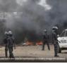 Des gendarmes et policiers brûlent des boutiques à Cosa