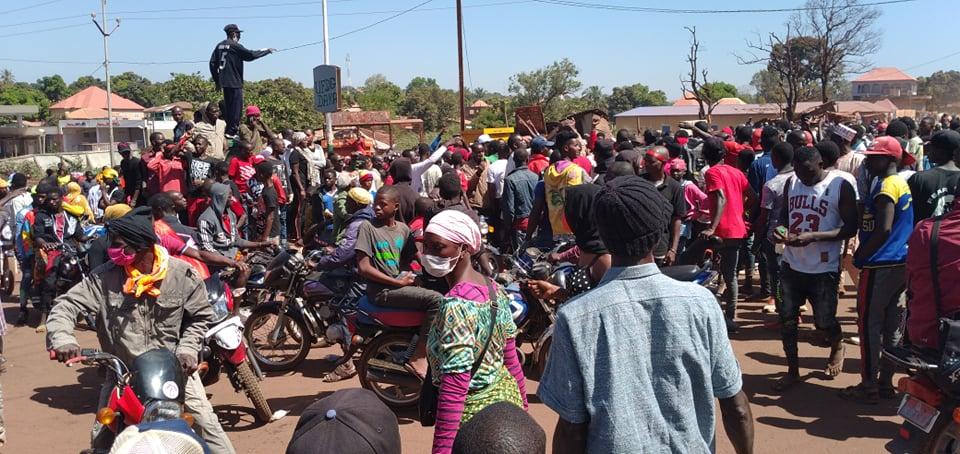 Labé: Des manifestants arborent le drapeau français. La manif dispersée au point de chute
