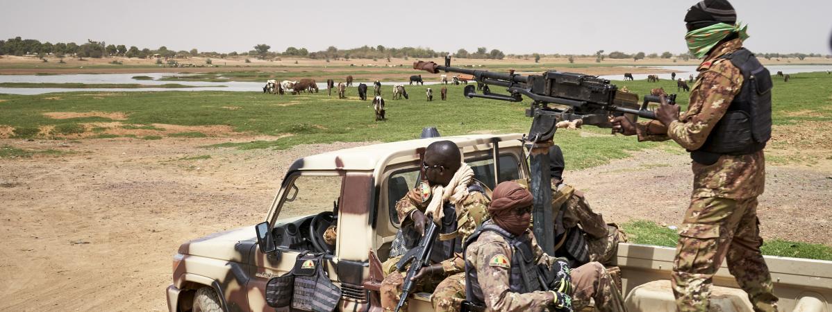 Des soldats patrouillent à Djenne, dans le centre du Mali, fin février 2020. (MICHELE CATTANI / AFP)