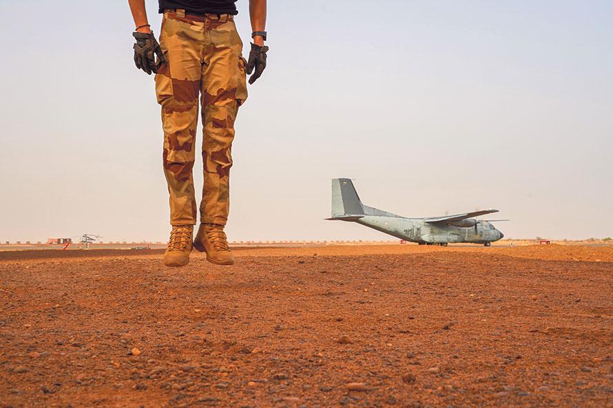 Au Sahel, la France sous-traite sa guerre