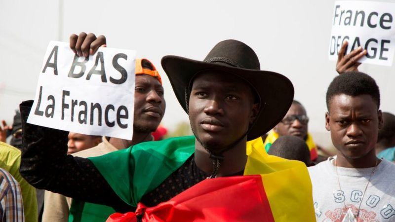 """Françafrique: quelle est l'histoire du """"sentiment anti-français"""" en Afrique et pourquoi il resurgit aujourd'hui?"""