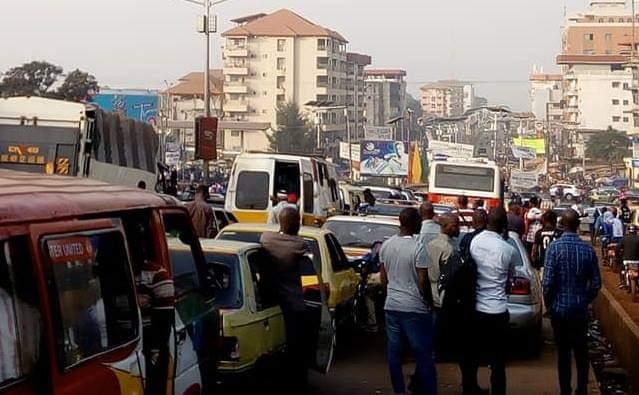 Embouteillages à Conakry : Chauffeurs de taxi et Policiers se rejettent la faute